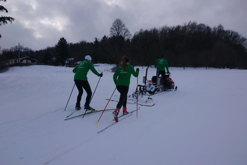 Mit dem Skidoo werden die Loipen präpariert, und die Skisportler von Elstra nutzen gleich die frische Spur.