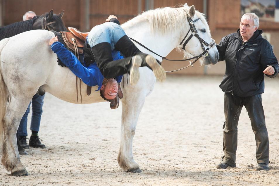Trainer Holger Kahl übt mit dem Old-Shatterhand-Darsteller Jan Baake im Radebeuler Friesenhof sogar den Abgang per Rolle vom Pferd.