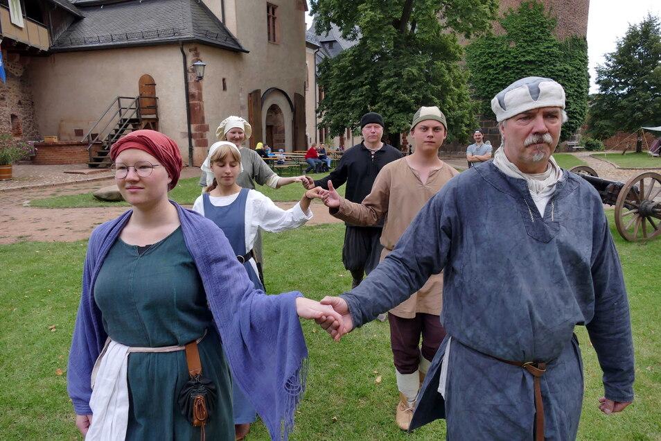 Die Mitglieder der Interessengemeinschaft entspannen bei Tanzabenden. Auch die Tänze wollen im Vorfeld natürlich geübt werden. Schließlich gilt es, damit zu beeindrucken.