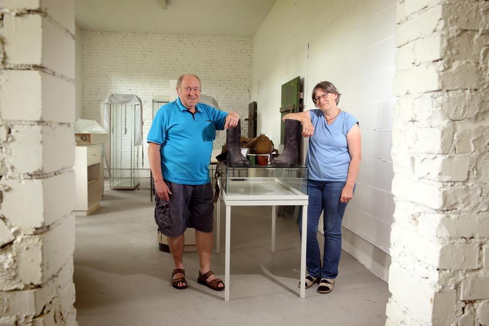 Die Räume sind fast fertig, die Ausstellung muss noch gestaltet werden. Rainer Böhme (l.) und Ute Steckel vom Geschichtsverein Truppenübungsplatz Königsbrück freuen sich, dass sie Räume für ein Museum gefunden haben.