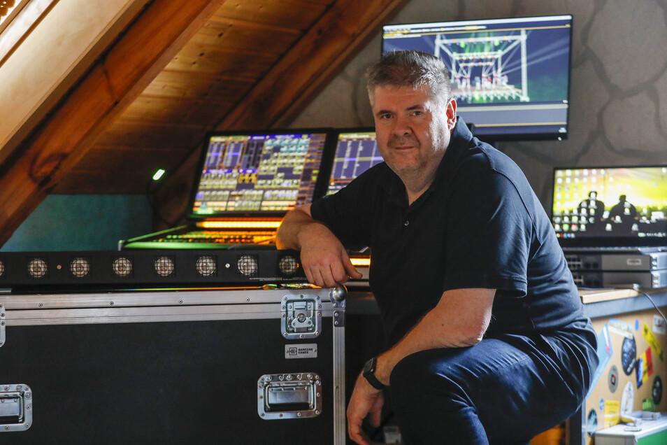 """Peter Petschel machte sich als DJ mit seiner """"Tropic Diskothek Löbau"""" einen Namen. Inzwischen ist er für den """"guten Ton"""" anderer Künstler zuständig."""