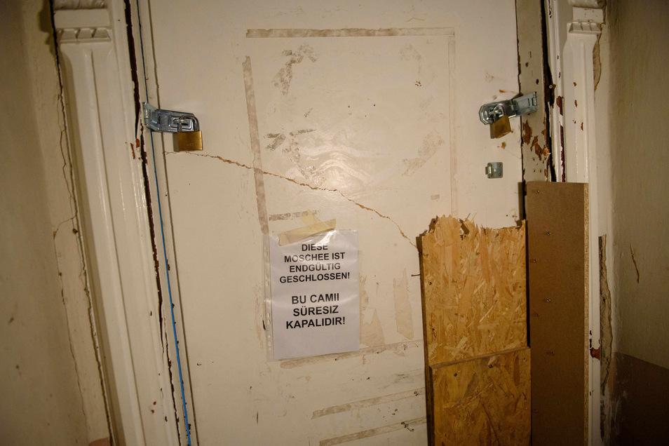 """Ein Hinweiszettel mit der Aufschrift """"Diese Moschee ist endgültig geschlossen!"""" ist 2017 an der Fussilet-Moschee in Berlin-Moabit angebracht."""