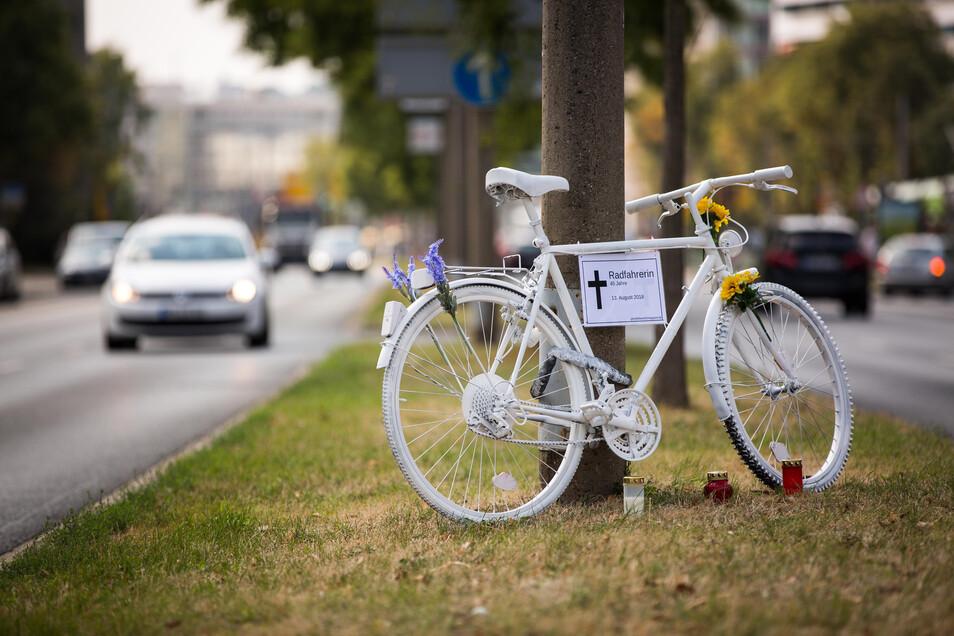 Das Ghostbike an der St. Petersburger Straße erinnert an einen tödlichen Unfall.