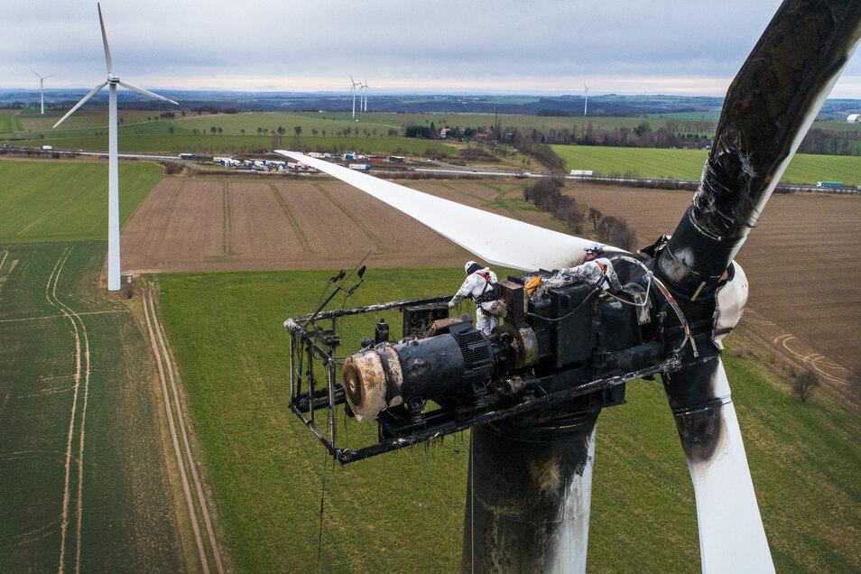 Techniker untersuchen die ausgebrannte Anlage in Strocken in 70 Metern Höhe. Unklar ist, ob das Windrad repariert werden kann.