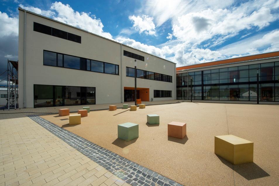 Im neuen Wilsdruffer Gymnasium laufen die Arbeiten weiter. Die Firmen schließen ausstehende Restleistungen ab.