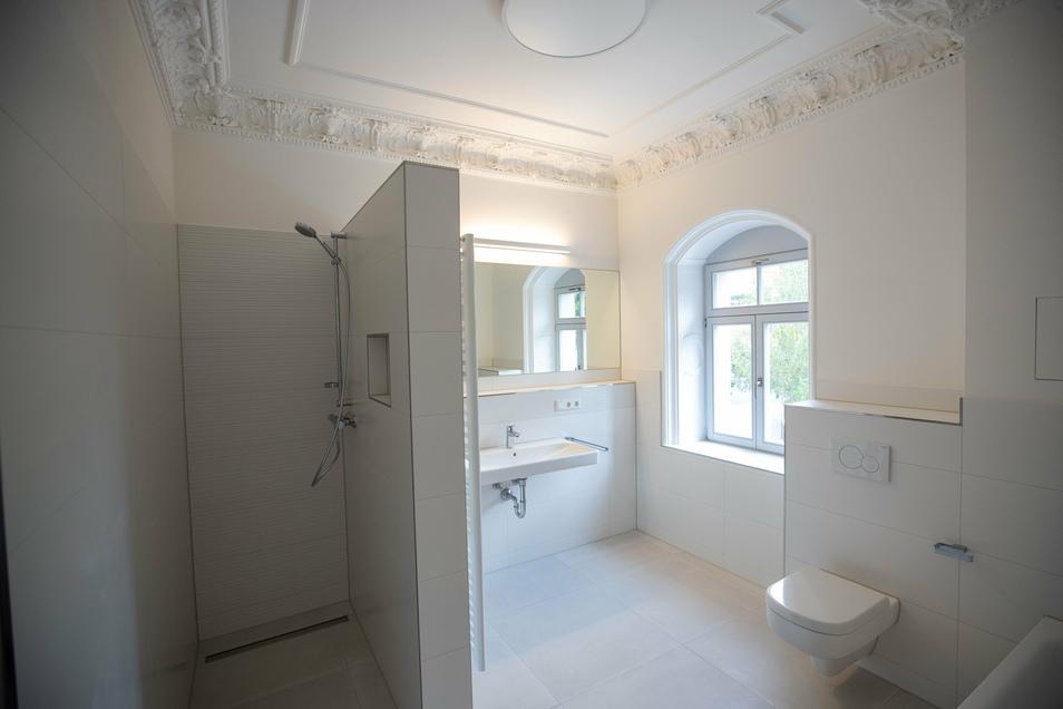 Stuck sogar im Badezimmer: Die alten Verzierungen wurde aufwendig wiederhergestellt. Jede Wohnung verfügt zudem über ein weiteres, kleines Bad.