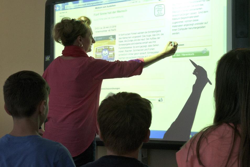 Eine interaktive Tafel (Whiteboard) ist in der 1. Grundschule Schubertallee schon mehrere Jahre in Gebrauch - Manuela Seiler nutzt sie für den Kunst- bzw. Sachkundeunterricht in der dritten Klasse.