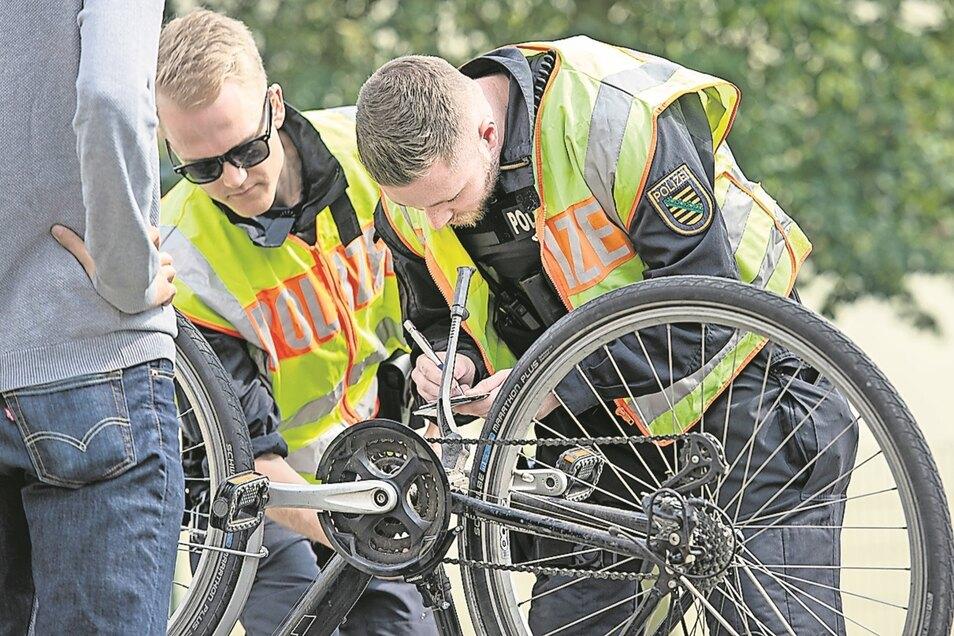 Die eingestanzte Nummer im Rahmen zeigt den Polizisten, ob das Rad womöglich als gestohlen gemeldet ist.