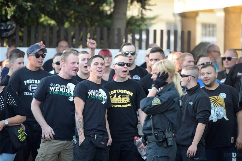 Teilnehmer der NPD-Demo auf der Bremer Straße.