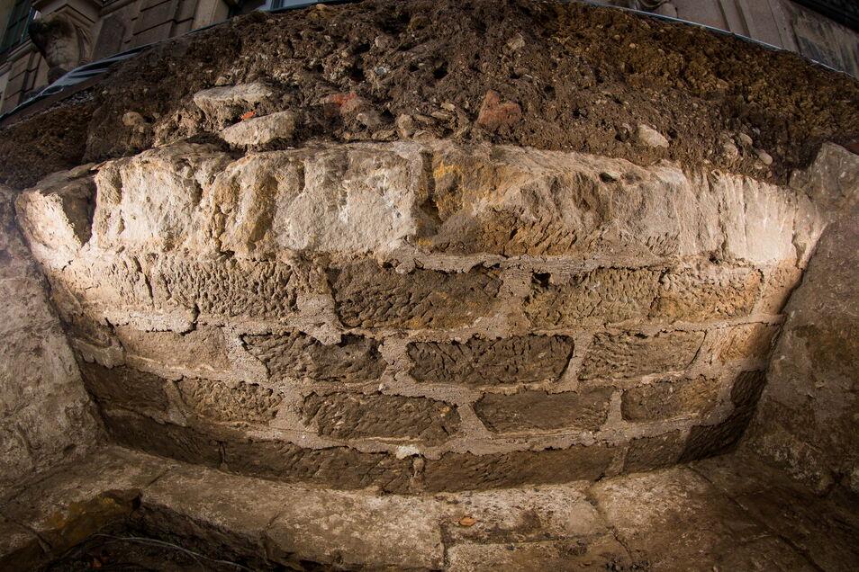 Das ist das Gewölbe eines Kellers, der überraschend gefunden wurde.