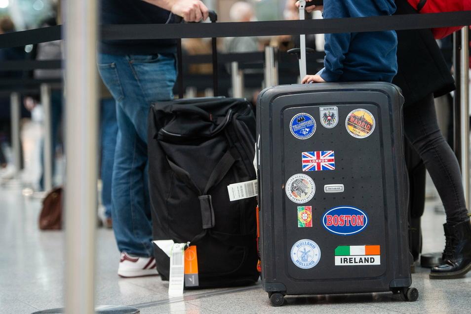 Flugreisende aus London warten am Flughafen Düsseldorf auf ihren Coronatest.