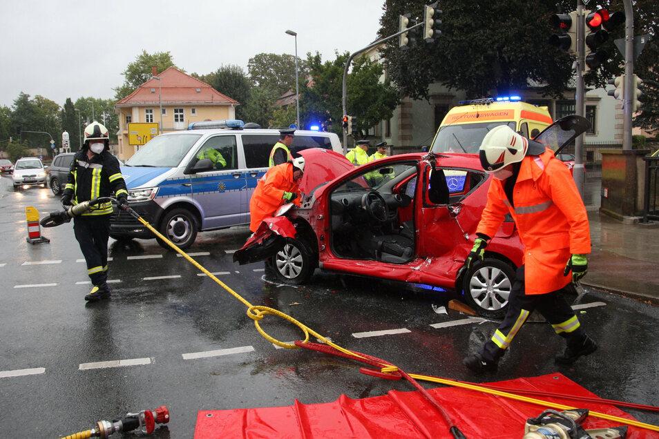 Die Feuerwehr musste das Unfallauto aufschneiden, um die verunglückte Fahrerin retten zu können.