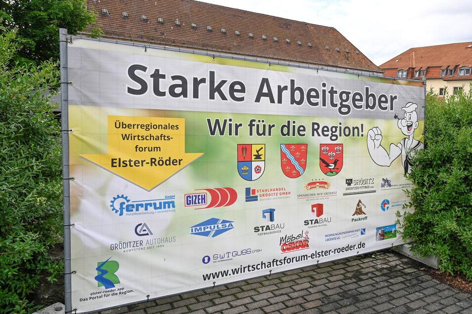 Dieses Banner in Gröditz wirbt für das überregionale Wirtschaftsforum Elster-Röder.