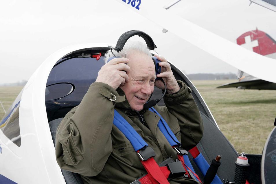 Am 22. August 2008 bereitet sich Sigmund Jähn auf dem Kamenzer Flugplatz auf einen Ultraleicht-Rundflug vor. Der Generalmajor a. D. war mehrmals hier.