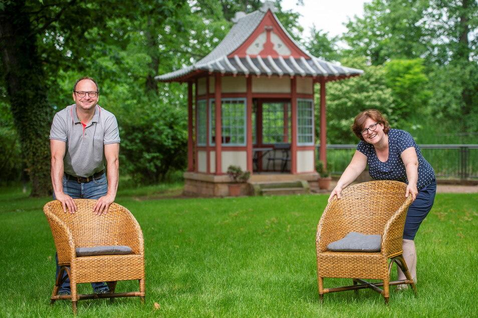 Die Chefin der Villa Teresa Christiane Böttger und Thomas Kretschmer, der Chef der Börse und der Coswiger Kulturgesellschaft, räumen schon mal symbolisch die Stühle raus - bis in den September soll es viel Kultur unter freiem Himmel geben.