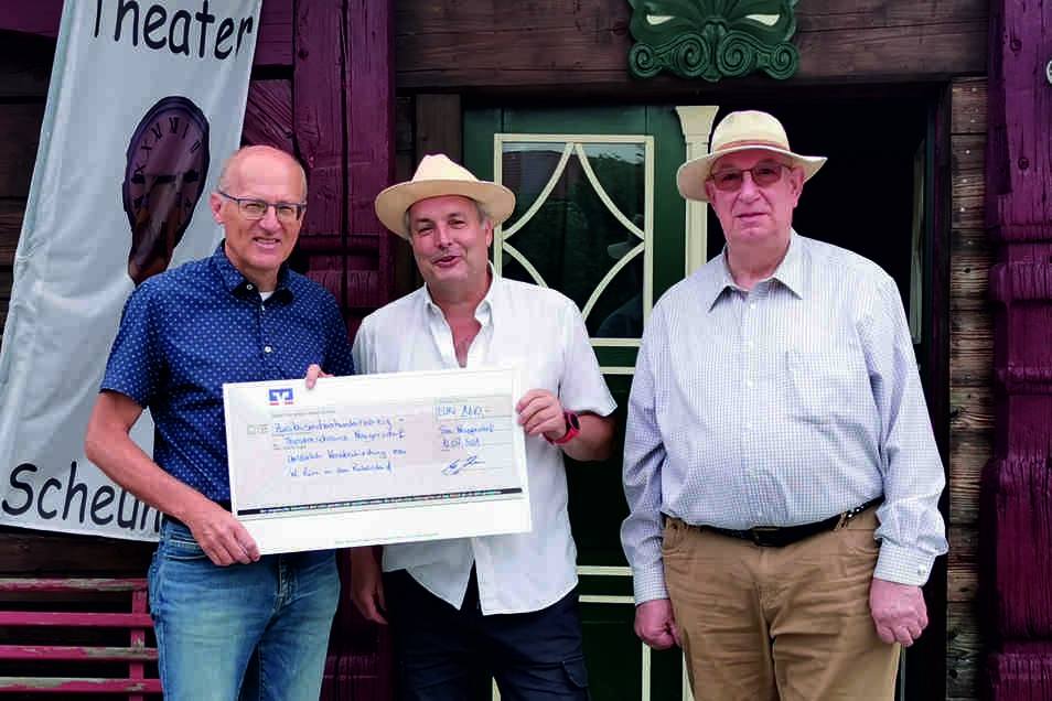 Wolfgang Zürn (links) übergab den Spendenscheck an den Chef der Theaterscheune Neugersdorf, Dietmar Blume (Mitte).