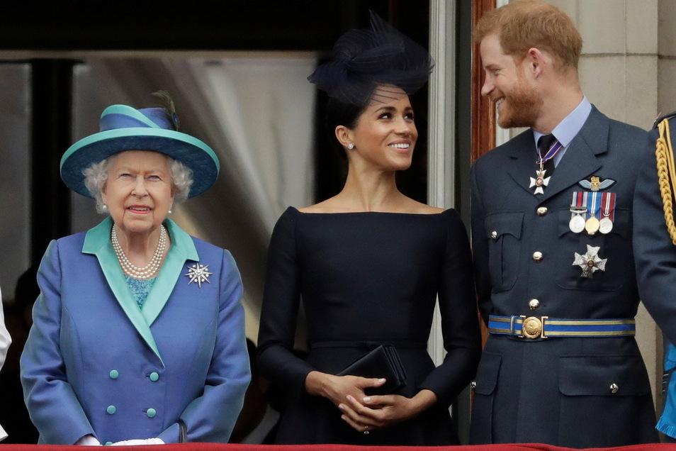 Im Juli 2018 schien die familiäre Welt zwischen Queen Elizabeth II., ihrem Enkel, Prinz Harry und seiner Frau, Herzogin Meghan noch in Ordnung zu sein.