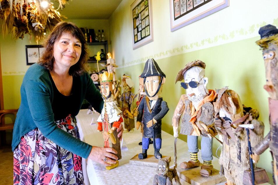 Der Hof der Weinhandlung Andrich dient nicht nur als Schauplatz einer Bühne der Kasperiade, dort stellt Heike Sandner mit ihrem Mann Holm auch etliche skurrile Holzfiguren eines Radebeuler Künstlers aus.