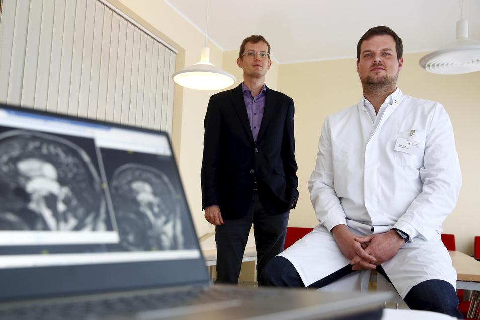 Timo Behm (r.) ist Leitender Oberarzt am Städtischen Klinikum Dresden. Er baute die neue Neurochirurgische Praxis in Kamenz in de ersten Monaten auf. Ab Januar arbeiten auch zwei andere Kollegen vor Ort. Hendrik Augustin ist Koordinator für sämtliche Auße