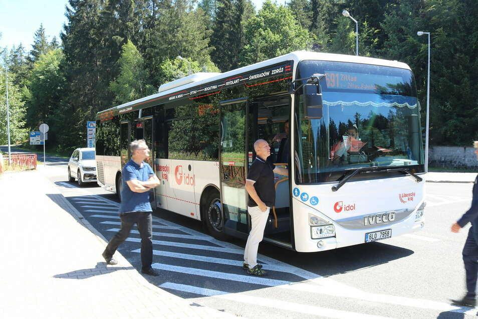 Tschechische Busse bedienen die neue Dreiländereck-Linie zwischen Zittau, Bogatynia, Frýdlant und Świeradów-Zdrój