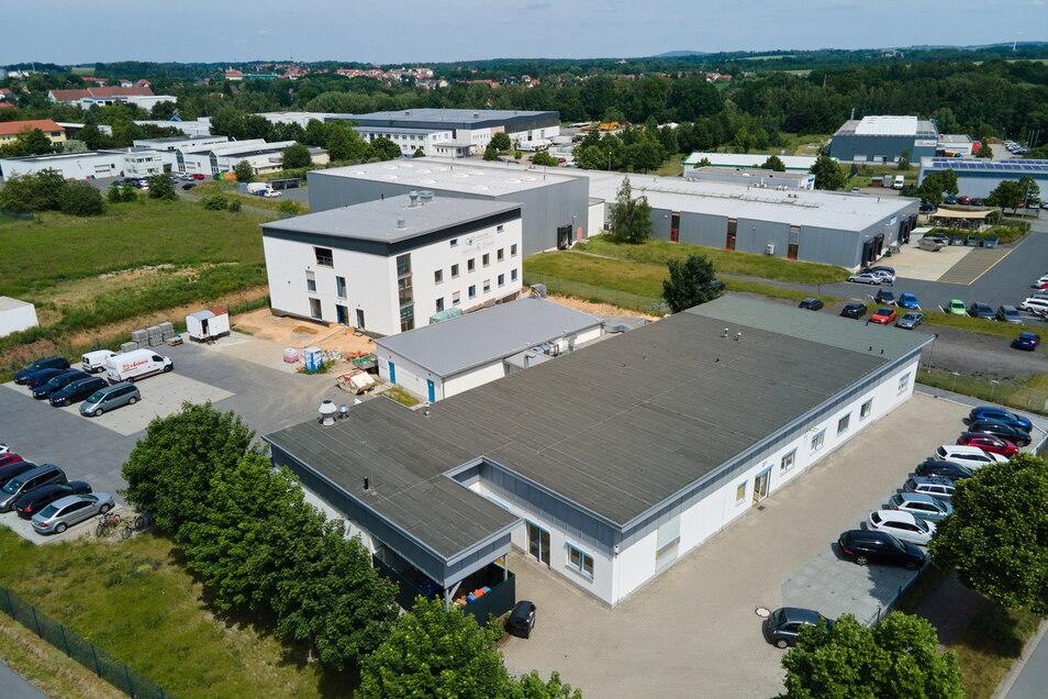 Auf dem Gelände der CUP Laboratorien Dr. Freitag in Radeberg ist ein mehrstöckiges Gebäude entstanden (Bildmitte).