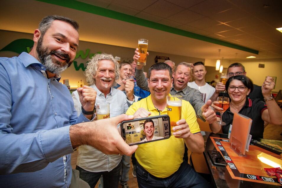 Freude bei der Döbelner FDP. Nach Auszählung aller Stimmen kommen sie in der Stadt auf 11,4 Prozent. Auch Direktkandidat Philipp Hartewig (auf dem Handy) freut sich über das Ergebnis.