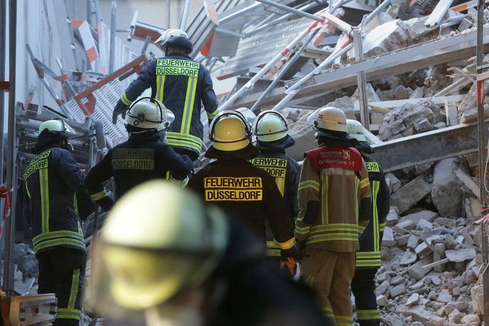 Im Düsseldorfer Zentrum waren bei Bauarbeiten am Montag Teile eines Gebäudes eingestürzt.