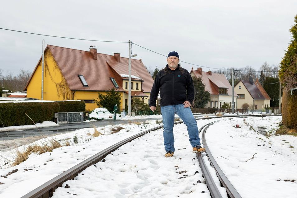 Vor dem Haus von Heiko Kubin verläuft die Trasse der Windbergbahn. Jahrelang war es hier schön ruhig, nun sollen bald Züge rollen.