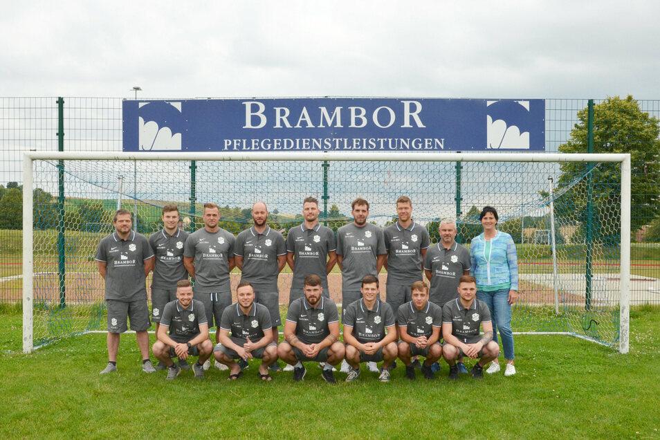 Mit einer Spende ermöglichte die Brambor Pflegedienstleistungen GmbH, dass für die erste Männermannschaft des Roßweiner SV neue Vereinskleidung angeschafft werden konnte.