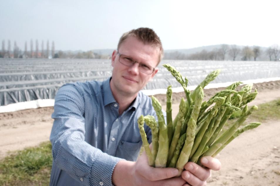 Rene Heidig mit grünem Spargel. Auf rund einem Hektar wird dieser angebaut, auf neun weiteren Hektar wächst weißer Spargel.