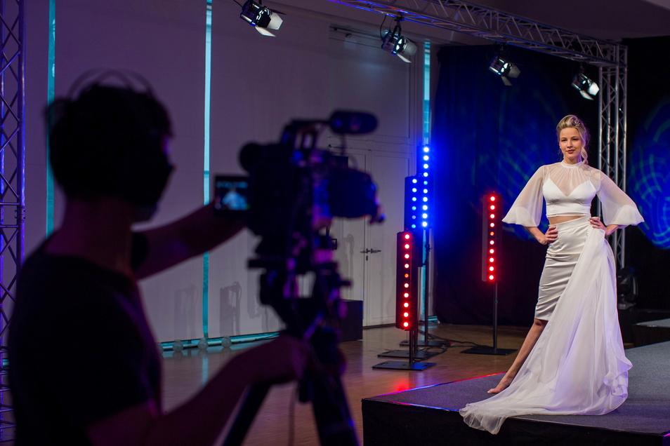 """Variable Corona-Hochzeitsmode: Kameraleute verfolgen eine Modenschau, die die Agentur Katabama Modelmanagement für die digitale Hochzeitsmesse """"Jawort"""" vorbereitet hat."""