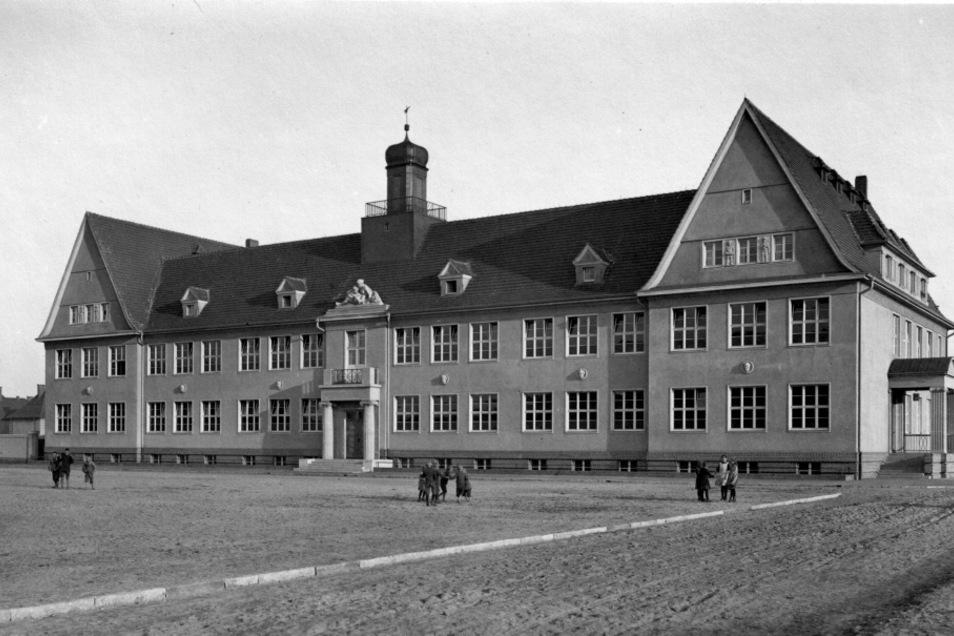 So sah die schönste Schule Schlesiens bei ihrer Fertigstellung im Jahr 1923 aus. Gut zu erkennen ist der Balkon über dem Vordereingang.