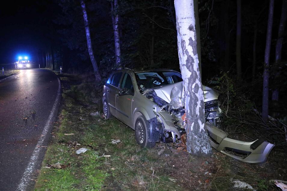 Der Fahrer eines Opel Corsa prallte aus noch ungeklärter Ursache bei Grünberg gegen einen Baum.