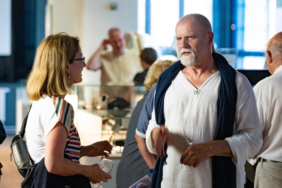 Lutz Stützner vor wenigen Wochen bei einer Ausstellungseröffnung mit Dresdens Kulturbürgermeisterin Annekatrin Klepsch.