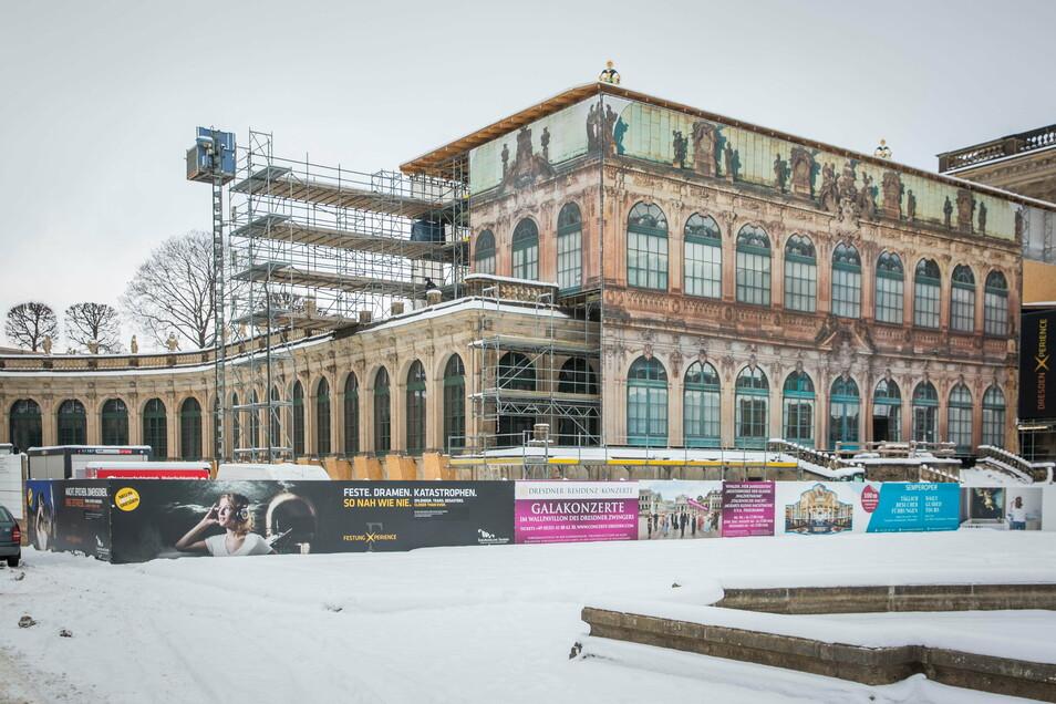 Die Gerüste am Französischen Pavillon sind noch mit schützenden Planen verhüllt. Dahinter restaurierten Fachleute die Fassaden.