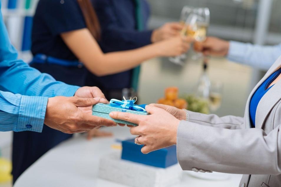 Schenken und Beschenktwerden im Beruf – Eine gar nicht so unkomplizierte Angelegenheit.