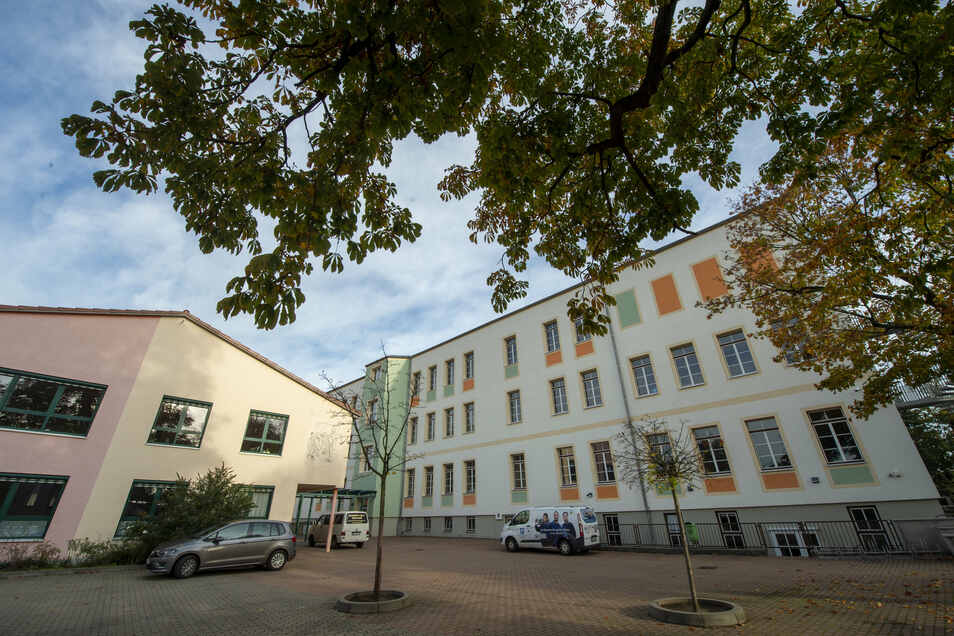 Spätestens in drei Jahren reichen die vorhandenen Räume der Heinrich-Zille-Oberschule nicht mehr aus, um den langfristigen Bedarf für drei Klassen pro Jahrgang sicherstellen zu können. Rechts im Bild das sanierte alte Schulgebäude, links der Neubau.