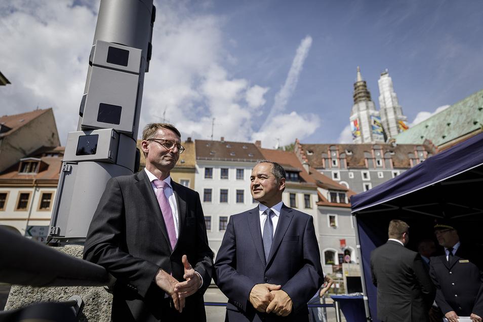 Innenminister Roland Wöller (links) und der Görlitzer Oberbürgermeister Octavian Ursu waren beim Start der Videoüberwachung an der Altstadtbrücke dabei.