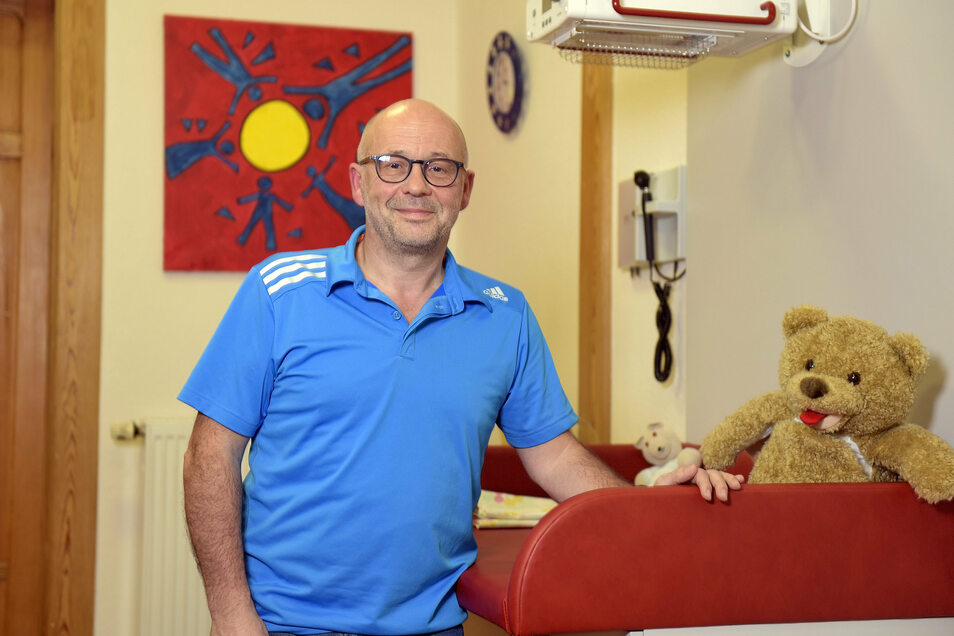 Dr. Eckhardt Erdmann ist Kinderarzt in Döbeln. Er betreibt eine Praxis an der Grimmaischen Straße. Dort ist auch Kinderärztin Susann Bley für die Patienten da.