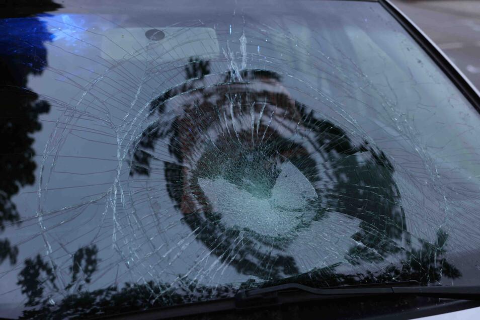 Durch die Wucht des Aufpralls wurde die Frontscheibe des Autos stark beschädigt.