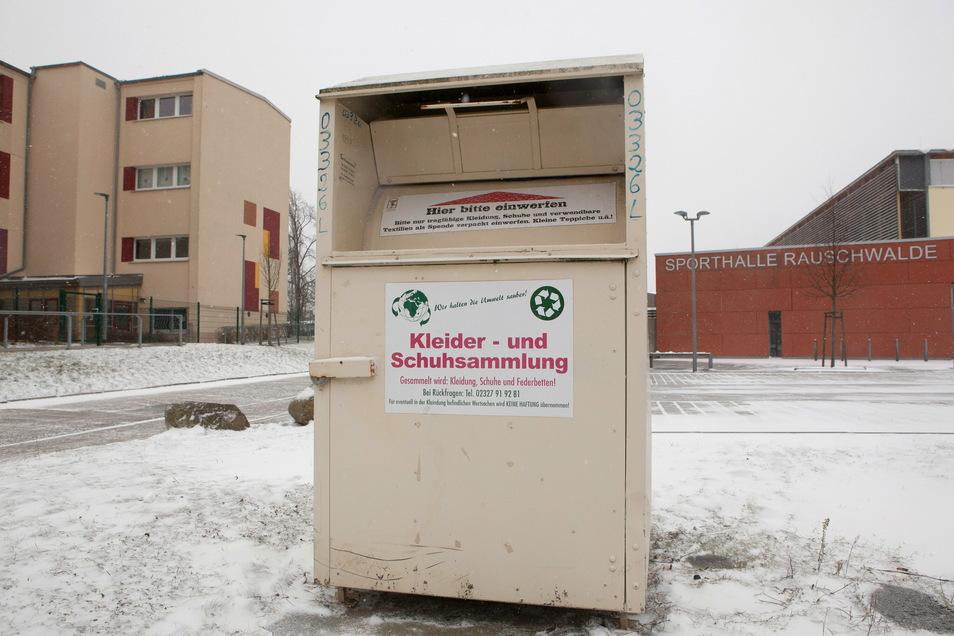 Ein Altkleidercontainer der Firma Profittex steht jetzt vor der Sporthalle Rauschwalde in Görlitz.