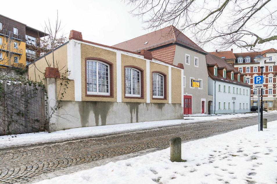 Das Grundstück Elbstraße 7a soll versteigert werden. Dazu gehören der ehemalige Speicher (rote Türen) und der Pavillon (links im Vordergrund). Beide Gebäude stehen leer.