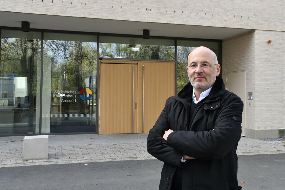 Der Verwaltungsleiter des Landeskrankenhauses Arnsdorf, Matthias Grimm, vor dem Neubau. 23 Millionen Euro hat der Freistaat investiert.