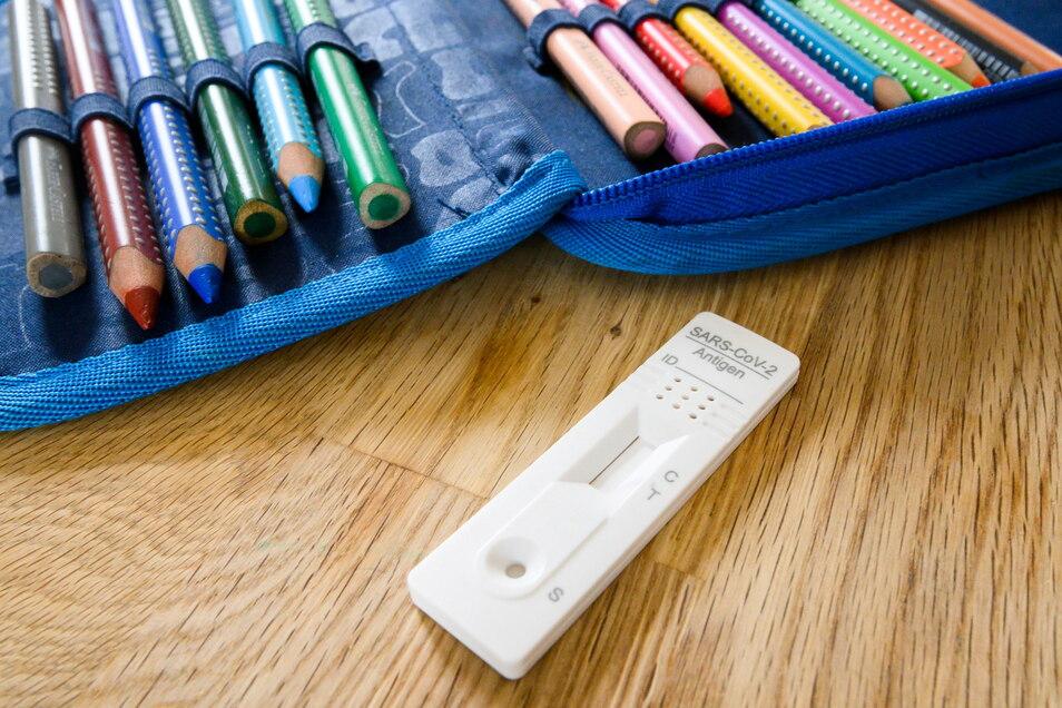 Neben Heftern und Stiften gehört für viele Schüler jetzt auch das Schnelltestkid in den Ranzen.