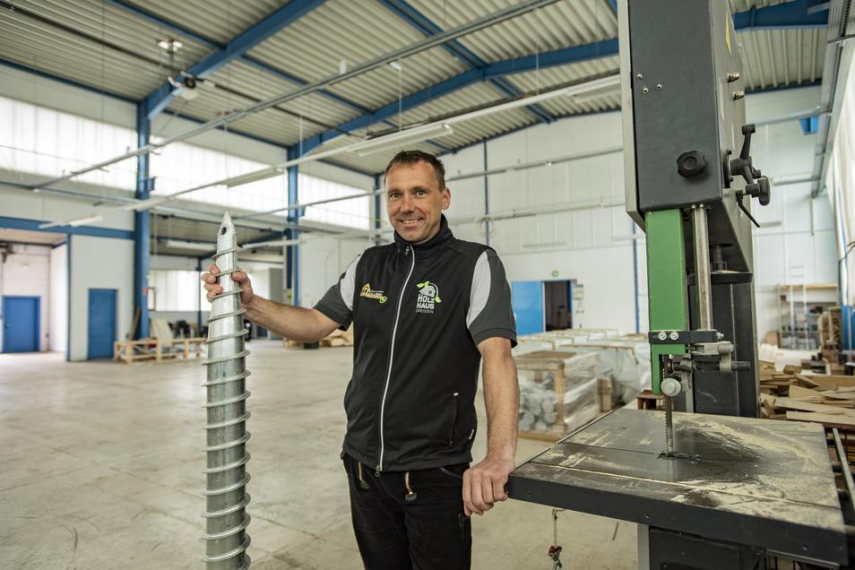 Zimmerermeister Lutz Müller will den Bau von Einfamilienhäusern aus Holz vorantreiben. Dafür braucht er mehr Platz und bezieht jetzt eine große Halle an der Dresdner Straße in Pulsnitz. Die Holzhäuser können zum Beispiel – ohne Fundament – auf solche Bode