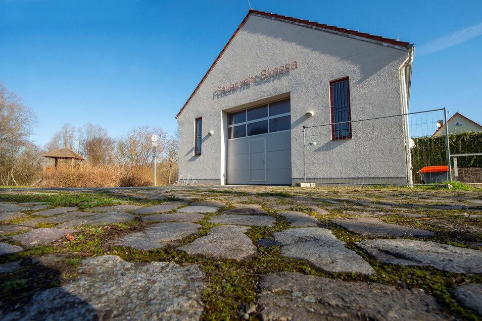 Das Gebäude der Freiwilligen Feuerwehr in Skassa: 2005 gebaut, gibt es dort jetzt Schäden an der Fassade.