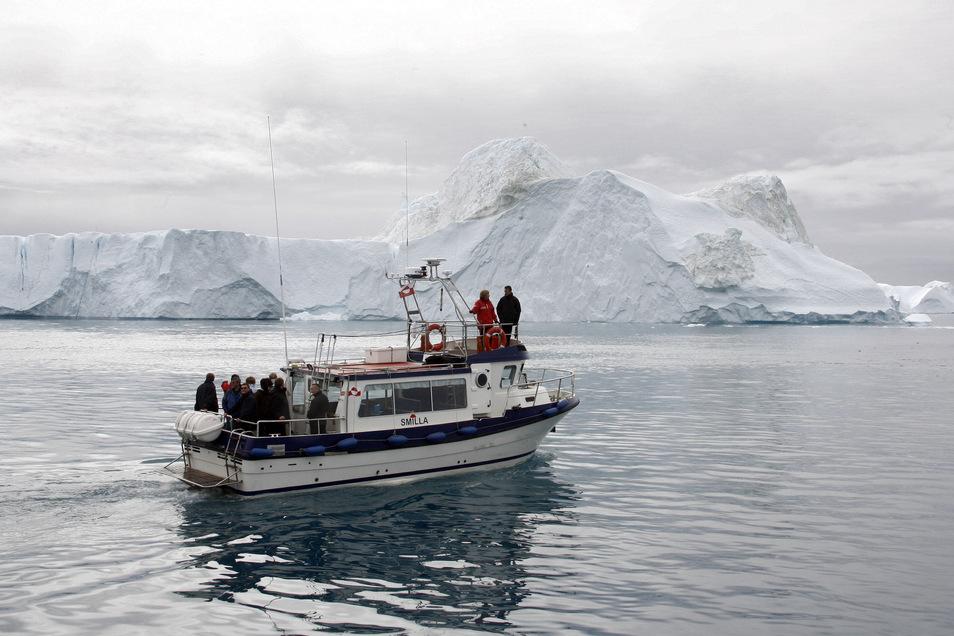 Bundeskanzlerin Angela Merkel und der dänische Ministerpräsident Anders Fogh Rasmussen 2007 auf einem Boot im Eisfjord nahe Ilulissat.