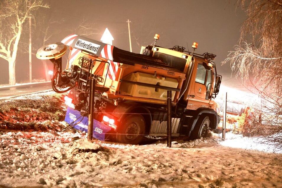 Der Wintereinbruch im Frühling hat es in sich: Selbst der Streuwagen kann sich nicht auf der Straße halten.
