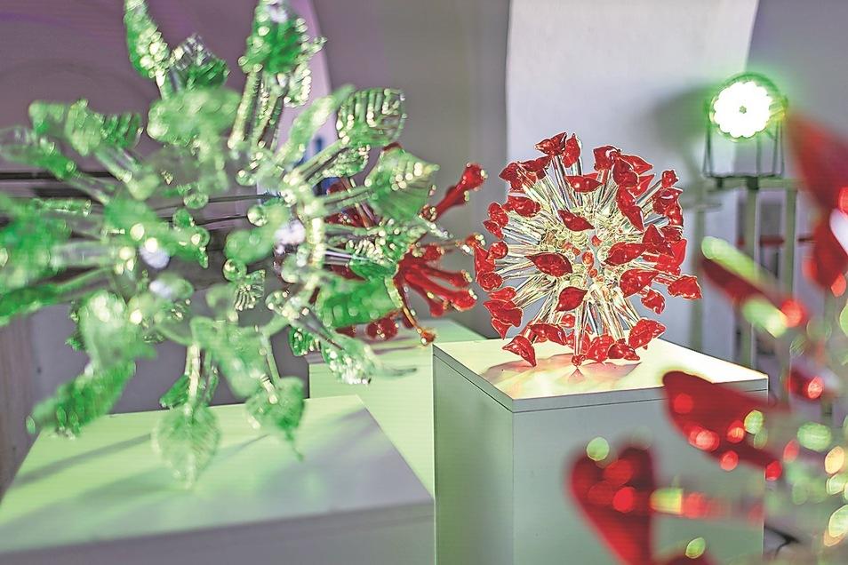 Viren und Antikörper aus Glas.