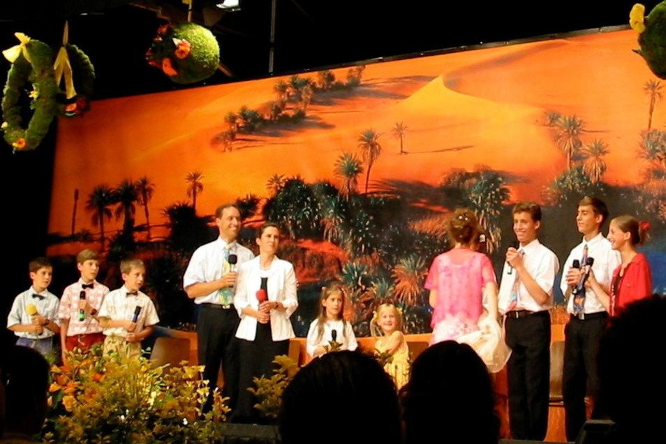 Die Familie von Ivo Sasek, Gründer der christlichen Sekte OCG und des Internetportals Klagemauer-TV, präsentiert sich im Oktober 2004 in Chemnitz.